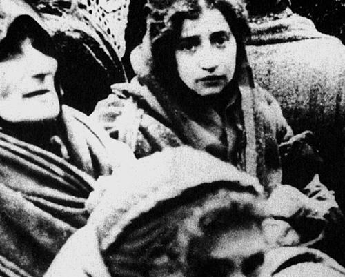 Женщины и дети на Варшавском умшлагплатце перед депортацией в Треблинку. 1943 г.