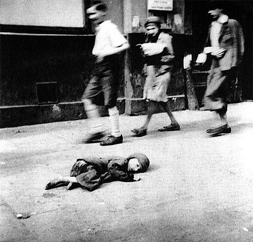 На улице Варшавского гетто. 1940 г.