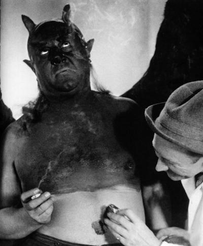 Э. Яннингс в роли Мефистофеля на съёмках фильма «Фауст», реж. Мурнау, 1926