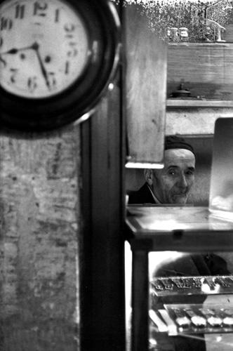 Анри Картье-Брессон. Турецкий часовщик, 1964