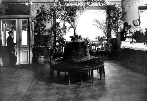 Вестибюль кинотеатра «Мулен-Руж». Фотограф Карл Булла, начало 1900-х годов.