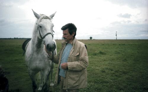 [Съемки сцены «Петушиный сон».] Когда привели лошадь, Андрей позабыл обо всем. Кормил, гладил, нашептывал ейчто-то ласковое наухо, прогуливался сней.