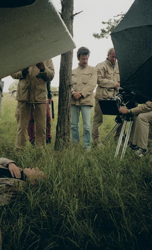 Александер лежал после обморока втемной отползущих грозовых туч траве. Тарковскому важно было передать состояние «содрогающейся травы». Ниодну сцену мынеснимали так долго, как эту— наверное, потому, что она была последней, анам нехотелось прощаться.