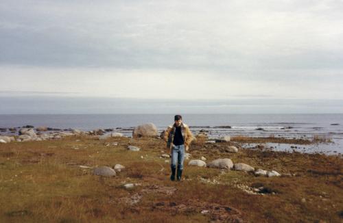 Для «Жертвоприношения» Тарковский искал «безвременный» ландшафт. Онего нашел наберегу Балтийского моря. «ОтГотланда доРоссии рукой подать»,— говорил Андрей. Ксожалению, мечте его увидеть Россию несуждено было осуществиться.