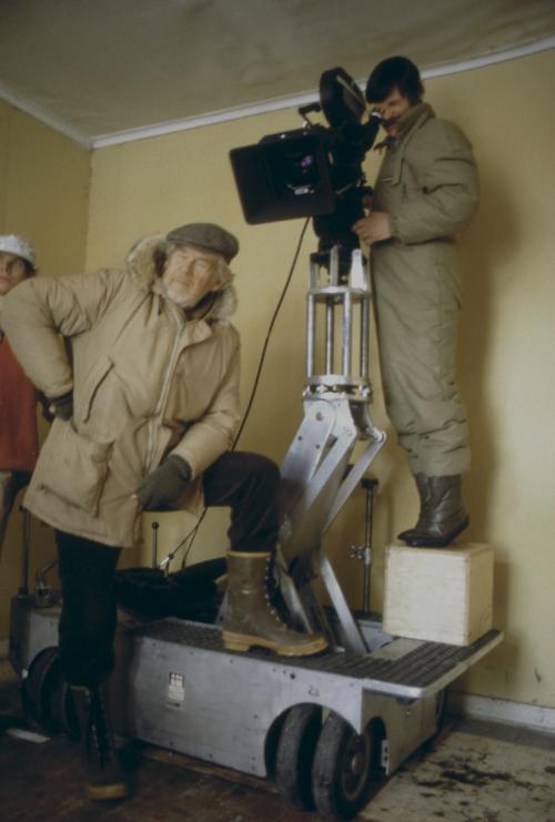 Долгое время Свен немог понять, почему Андрей все время смотрит вкамеру. Ондаже обижался, пока Андрей необъяснил ему, что только глядя вглазок камеры онпредставляет себе мизансцену.