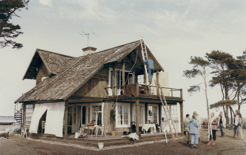 [Строительство декораций на Готланде.] Дом— сокровенное для самого Тарковского идля всей концепции фильма понятие.