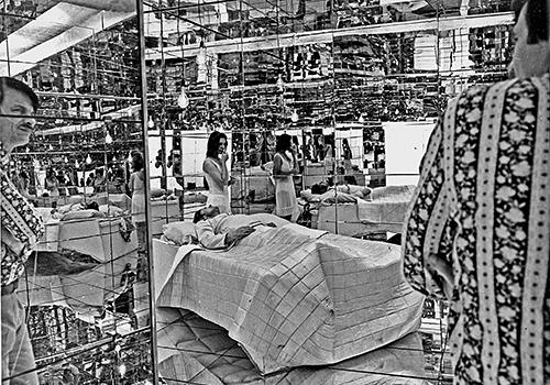 На съемках сцены в зеркальной комнате, не вошедшей в прокатную версию картины. «Солярис», реж. Андрей Тарковский, 1972.