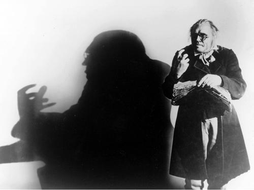 Неуклюжий и почти противоестественный «Калигари» был радикальным прорывом — и в непредвиденную условность, и во внутренний мир безумца.«Кабинет доктора Калигари». Реж. Роберт Вине, 1920