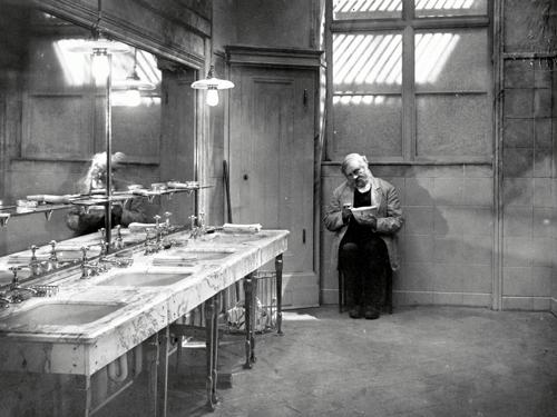 В шестидесятых «Последний человек» Мурнау стоял в рейтингах в затылок «Потемкину» Эйзенштейна.«Последний человек». Реж. Фридрих Вильгельм Мурнау, 1924