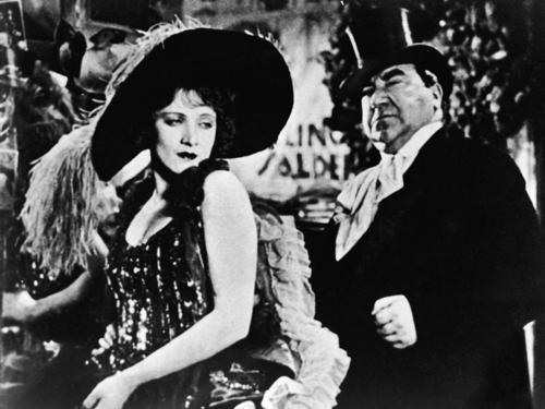 Эмиграция — сначала экономическая — дала Голливуду европейскую прививку восхитительного Lubitsh—touch, так же как явление Марлен Дитрих.«Голубой ангел». Реж. Джозеф фон Штернберг, 1930
