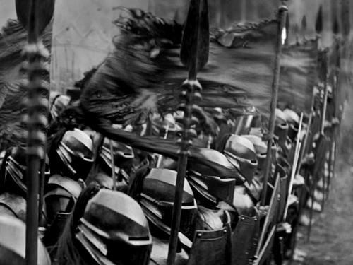 «Белоснежка и охотник» дебютанта Руперта Сандерса — категоричная боевая листовка, выполненная в виде траурно-красивой, черной с золотом мемориальной доски, которую хоть на стенку, хоть на могилу.«Белоснежка и охотник». Реж. Руперт Сандерс, 2012