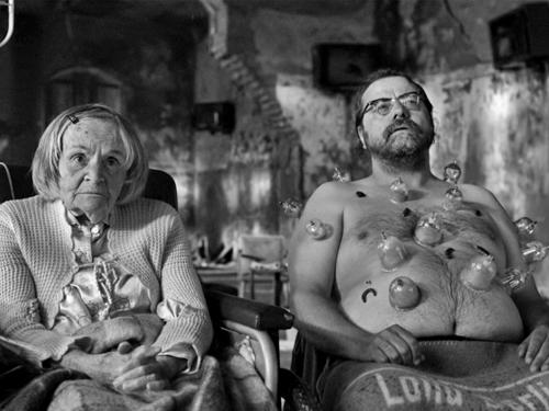 В том же году, когда фонд в Дюссельдорфе провел опрос среди немцев, чтобы выяснить, что это значит, быть немцем сегодня, Том Тыквер инициировал фильм-омнибус «Германия-09. 13 коротких фильмов о положении нации».Альманах «Германия 09». 2009