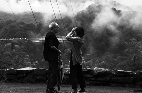 Монте Хеллман и Шэннин Соссамон на съемках фильма «Дорога в никуда», 2010