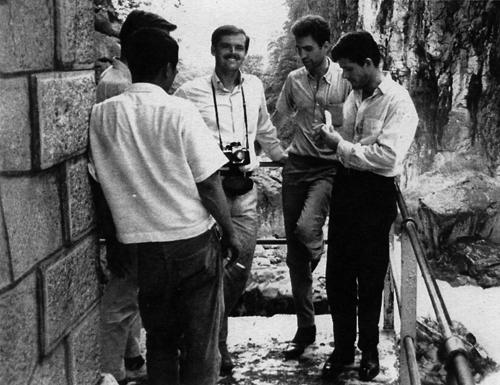 Джек Николсон, Монте Хеллман и Дьюи Мартин на съемках фильма «Побег к ярости» (1964)