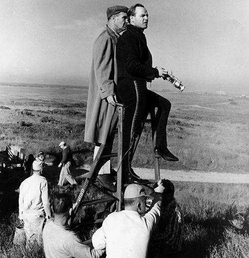 Оператор Чарльз Лэнг и Марлон Брандо на съемках фильма «Одноглазые валеты»