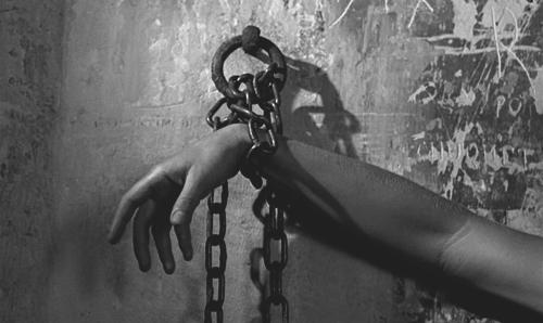 «Постепенное скольжение в удовольствие». Реж. Ален Роб-Грийе, 1973