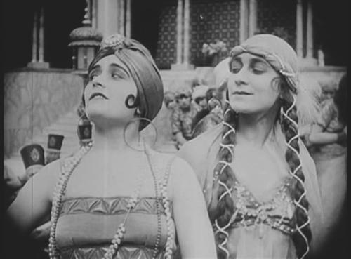 С Полой Негри в фильме «Сумурун». Реж. Эрнст Любич, 1920