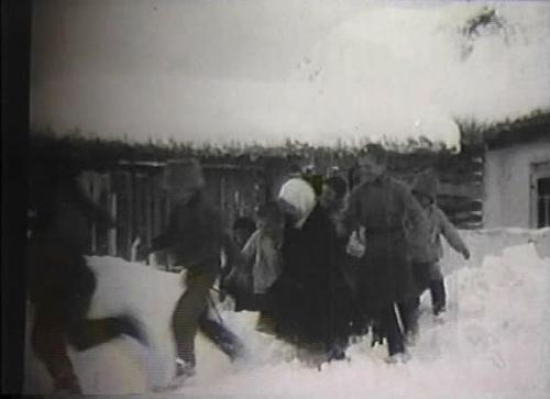 «Деревня занесена снегом. Пользуясь затишьем малыши бегут в школу» («Кино -неделя» №34)