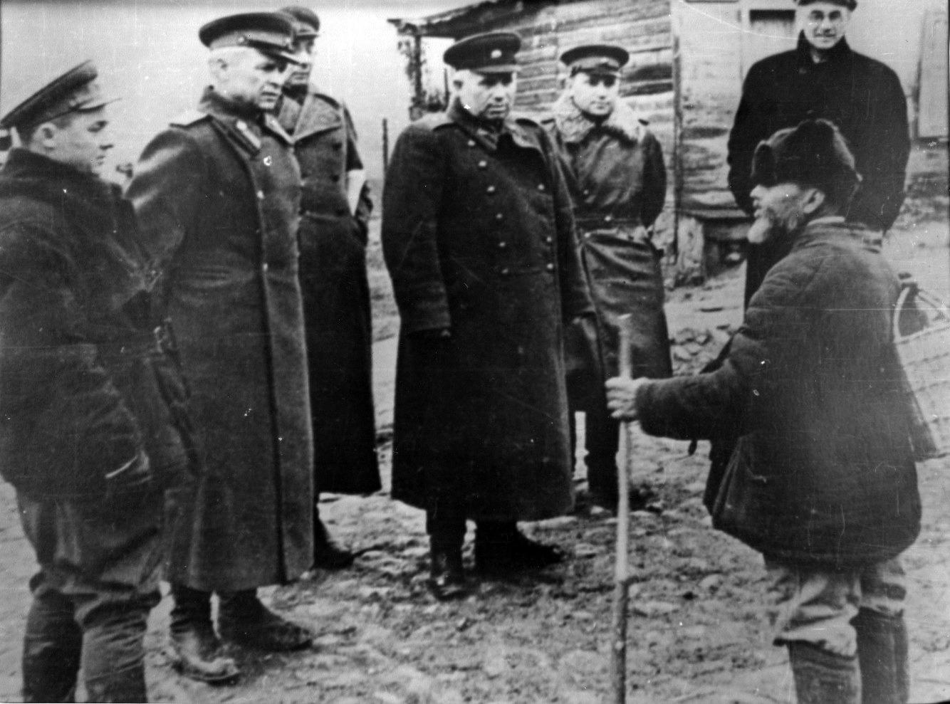 Вторая мировая. Александр Довженко (второй слева) и Никита Хрущев (четвертый слева). Отношения еще не испортились